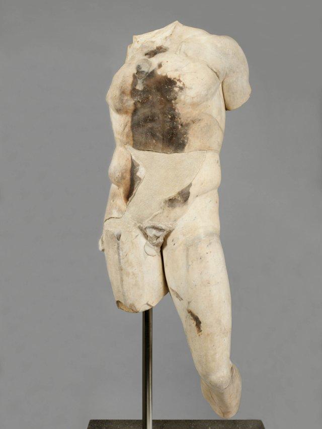MHK_Doryphoros, Statuentorso, Röm. Kopie, um 90-100 n.Chr., Foto MHK, Antikensammlung, A40659.jpg