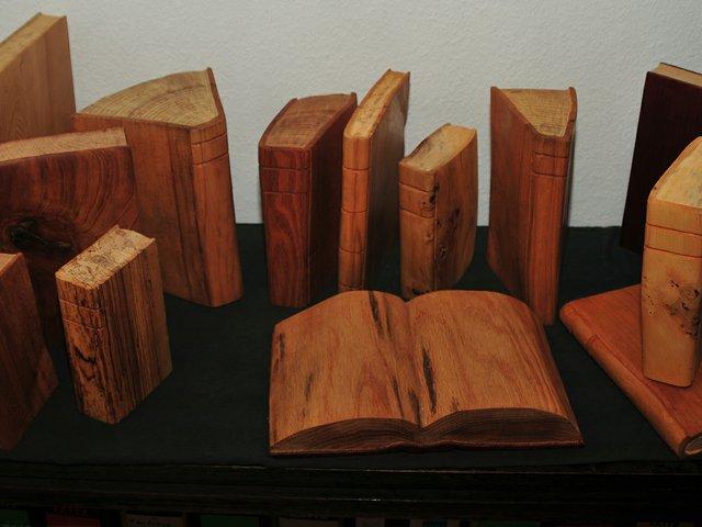 Holzskulpturen_Bücher.jpg