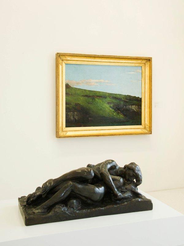"""MHK_Blick in die Dauerausstellung der Neuen Galerie_Im Vordergrund_Auguste Rodin_Bronzeplastik """"Amor und Psyche"""" © Volker Straub_Sammlung der Moderne Kassel.jpg"""