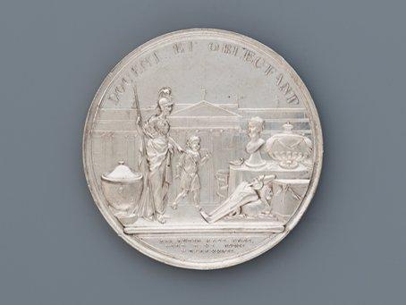 MHK_Medaille auf die Gründung der Antiquarischen Gesellschaft (Société des Antiquités)_1778_Foto Ute Brunzel_Antikensammlung Kassel_K40461.c.jpg